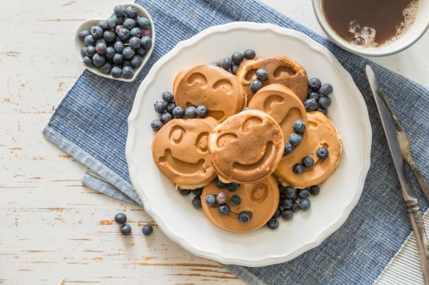 Concetto di giorno di padri - pancake con mirtilli e regalo