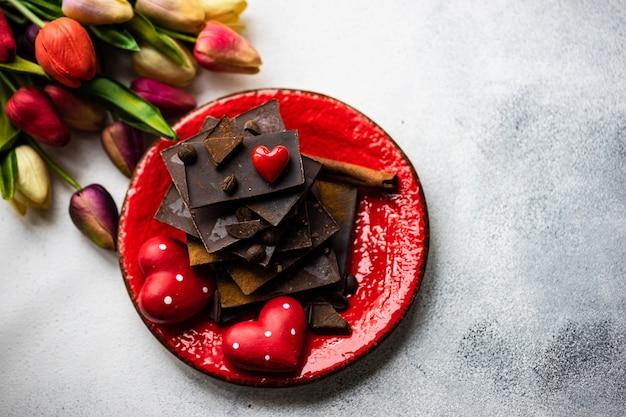 Concetto di giorno di san valentino con fiori e cioccolato