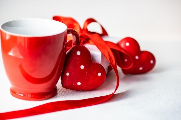 Concetto di giorno di san valentino con una tazza e cuori