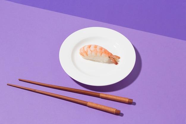 Concetto di giorno di sushi del primo piano con le bacchette