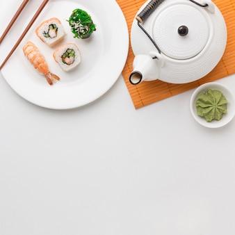 Concetto di giorno di sushi vista dall'alto con spazio di copia