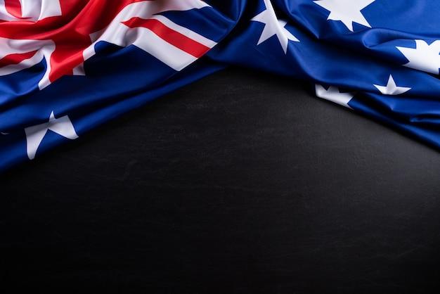 Concetto di giorno in australia. bandiera australiana contro uno sfondo di lavagna