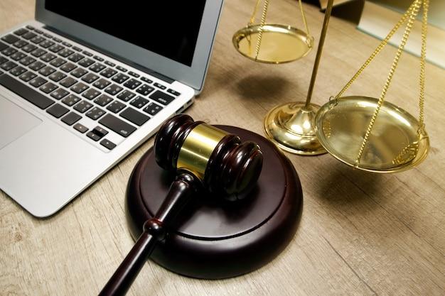Concetto di giustizia e legge. posto di lavoro dell'avvocato con il computer portatile sul tavolo