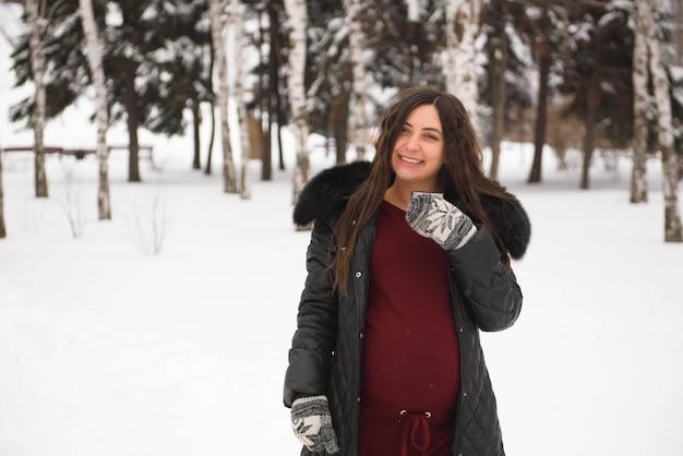 Concetto di gravidanza, inverno, persone e aspettative.
