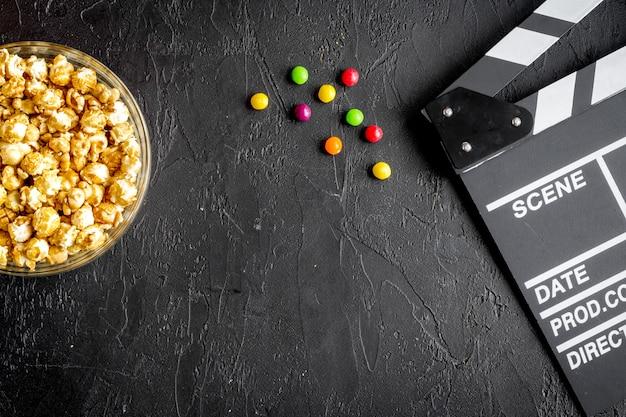 Concetto di guardare film con popcorn vista dall'alto sfondo scuro
