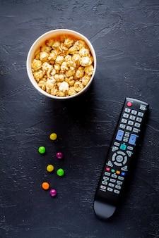 Concetto di guardare film con popcorn