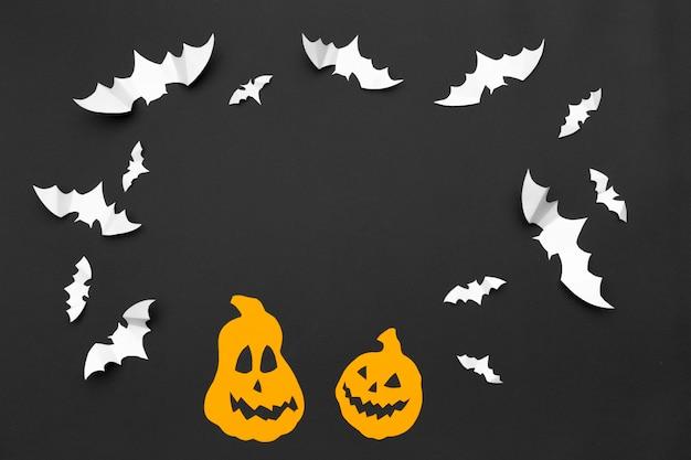 Concetto di halloween e decorazione - pipistrelli di carta volanti