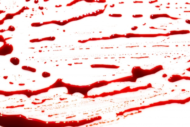 Concetto di halloween: sangue splatter su sfondo bianco.