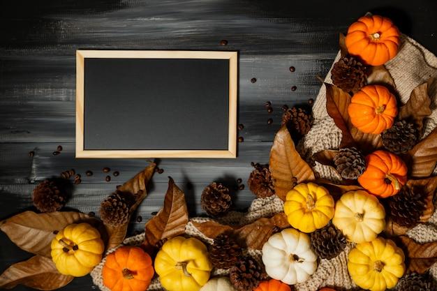 Concetto di halloween su sfondo scuro con copia spazio per il testo.