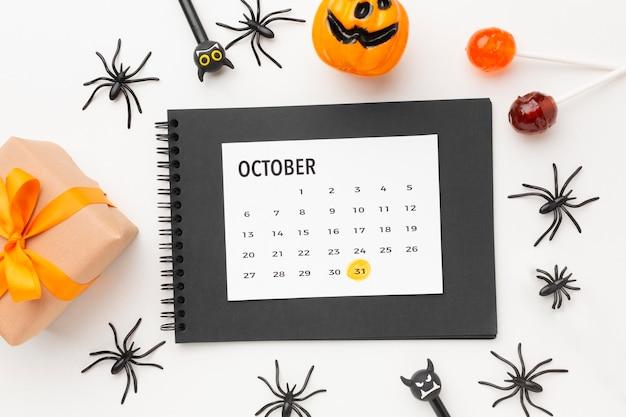 Concetto di halloween vista dall'alto con il calendario