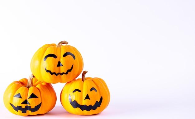 Concetto di halloween. zucca arancio del fantasma con i fronti divertenti sopra fondo bianco.