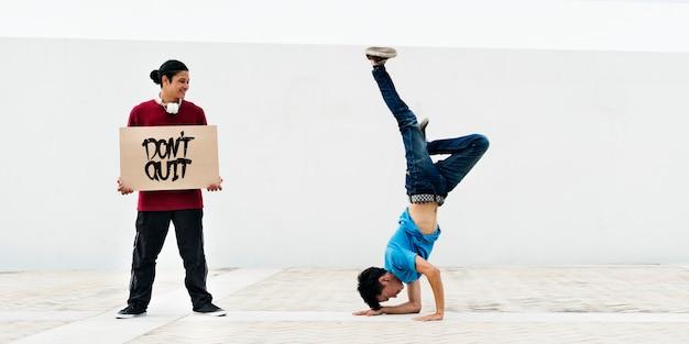 Concetto di hiphop del movimento di stile dell'adolescente di breakdance