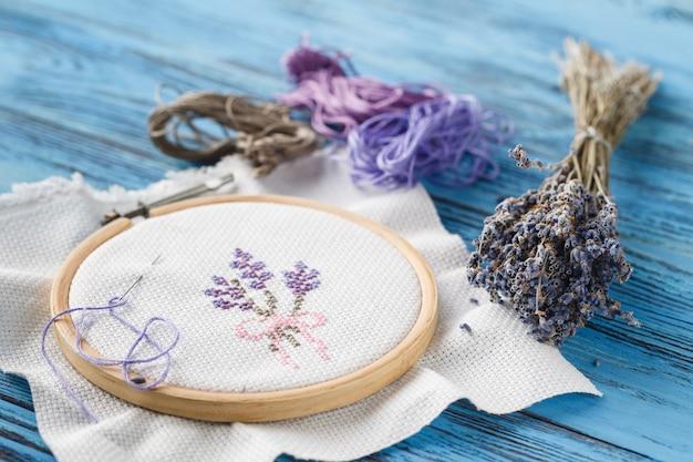 Concetto di hobby femminile, ricami fatti a mano