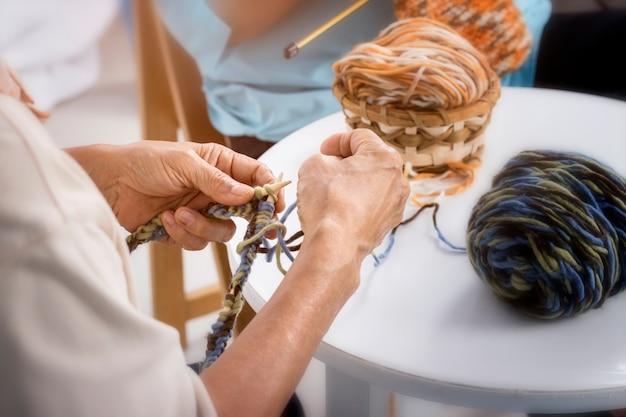 Concetto di hobby; lavori all'uncinetto per adulti senior hobby artigianato concept