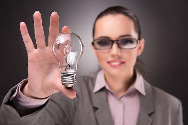 Concetto di idea brillante con donna d'affari donna