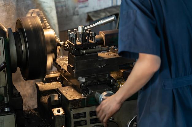 Concetto di industria metalmeccanica. macchina del tornio di controllo di ingegneria meccanica in fabbrica.
