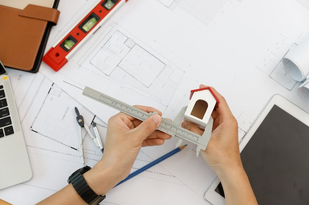 Concetto di ingegnere e architetto, ingegnere architetto e architetto d'interni che lavorano con il modello di casa