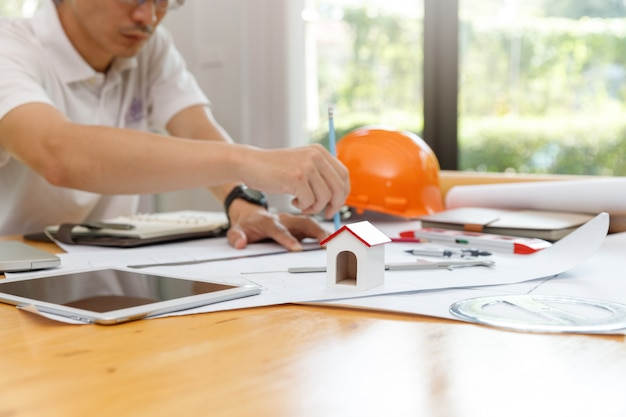 Concetto di ingegnere e architetto, ingegnere architetto e architetto d'interni che lavorano con progetti