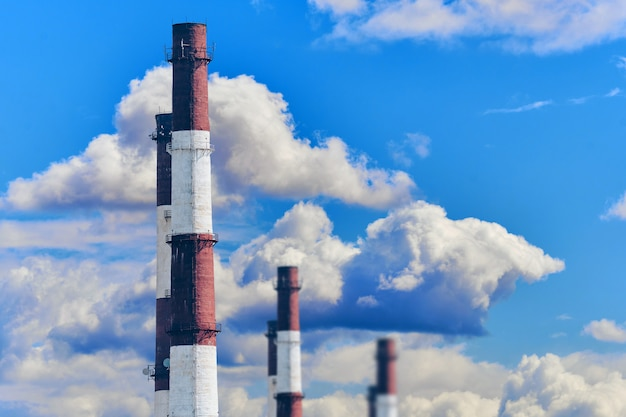 Concetto di inquinamento ambientale dalla fabbrica industriale del tubo