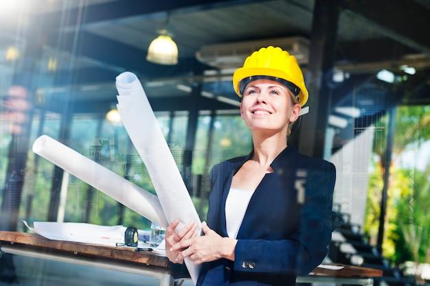 Concetto di interior design di ispirazione della donna di ingegneria