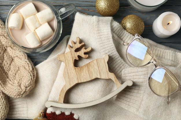 Concetto di inverno con caffè, marshmallow, maglione e candele