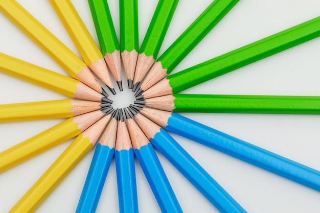 Concetto di istruzione con le matite su bianco.