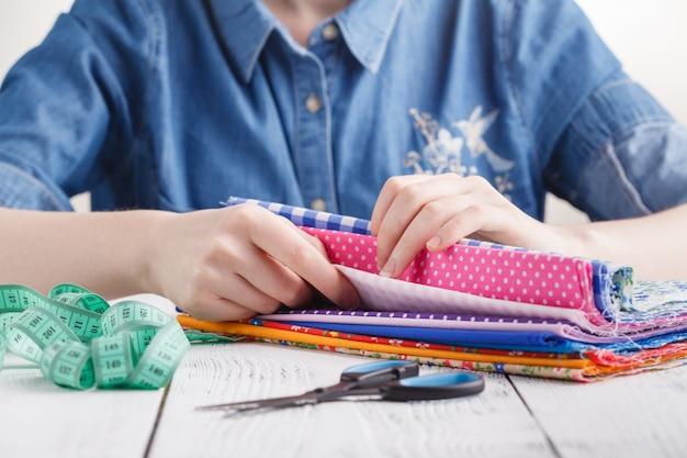 Concetto di laboratorio di sartoria, creatività e cucito