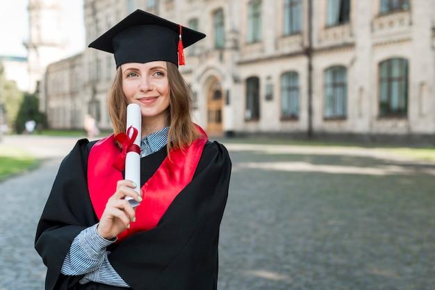 Concetto di laurea con ritratto di donna felice