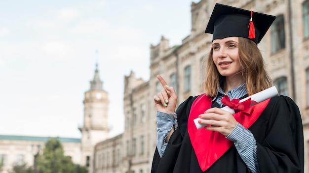 Concetto di laurea con ritratto di ragazza felice