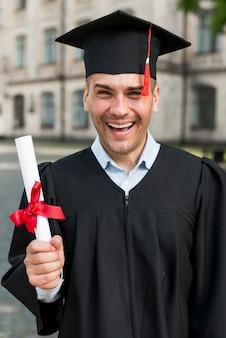 Concetto di laurea con ritratto di uomo felice