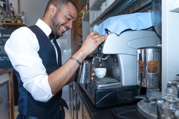 Concetto di lavoratore nella caffetteria