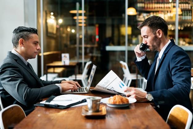 Concetto di lavoro del giornale del caffè degli uomini d'affari