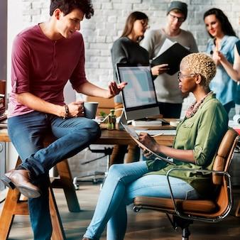 Concetto di lavoro del posto di lavoro di brainstorming di origine africana