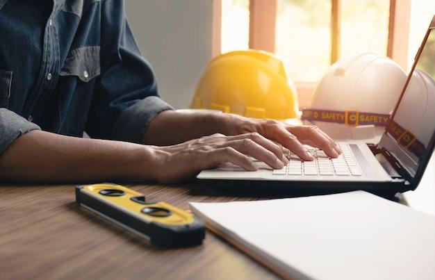 Concetto di lavoro dell'ingegnere dell'architetto e strumenti della costruzione o attrezzatura di sicurezza sulla tavola.