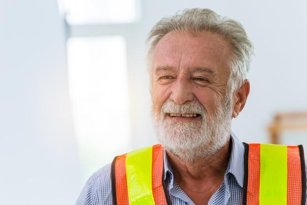 Concetto di lavoro di felicità amichevole felice di sorriso del lavoratore dell'ingegnere senior.