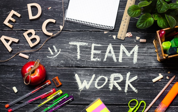 Concetto di lavoro di gruppo, desktop da ufficio con accessori per ufficio