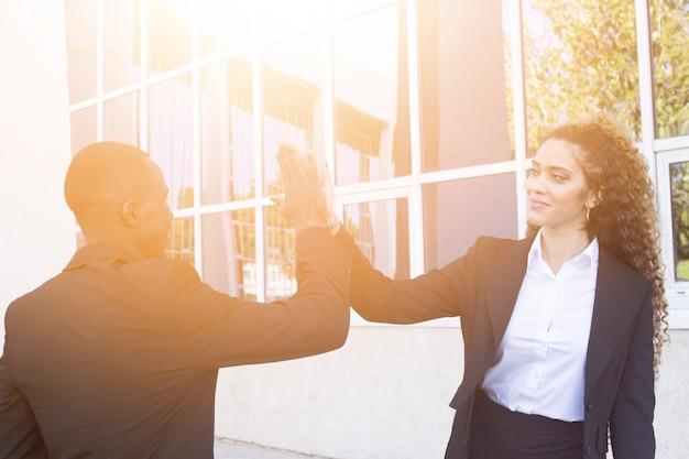 Concetto di lavoro di squadra con l'uomo d'affari e la donna di affari