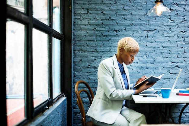 Concetto di lavoro di strategia di pianificazione di laptop della donna di affari africana