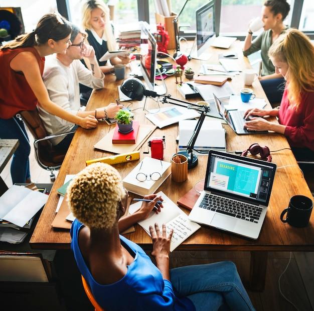 Concetto di lavoro sul luogo di lavoro di brainstorming di origine africana