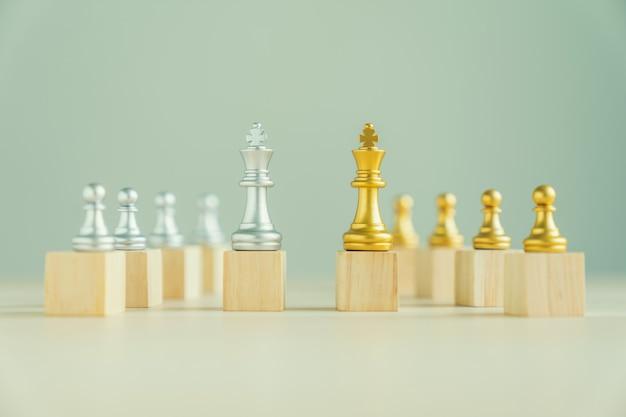 Concetto di leadership e lavoro di squadra, scacchi sul blocco di legno superiore di fila.