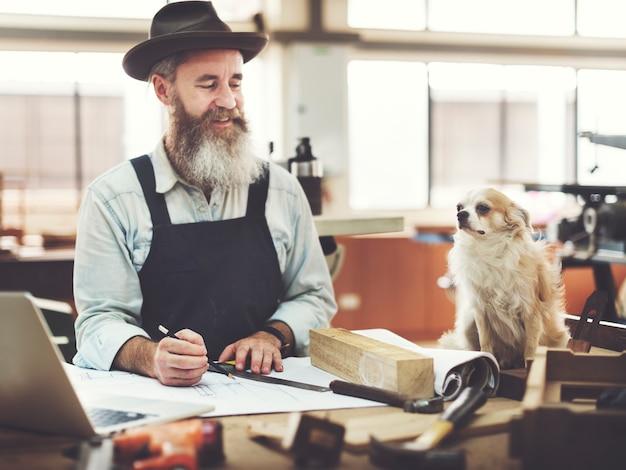 Concetto di legno dell'officina dell'artigianato di carpenteria di carpenteria di mestiere del carpentiere