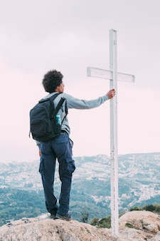 Concetto di libertà con escursionista sulla montagna