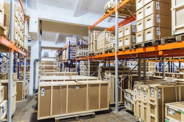 Concetto di logistica, industria, spedizione, stoccaggio e produzione. scatole di carico sugli scaffali in magazzino
