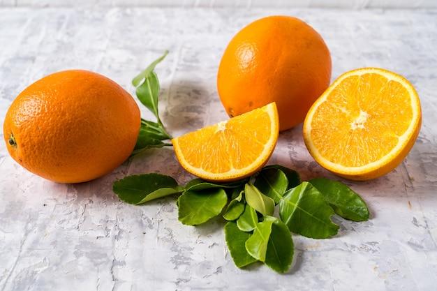 Concetto di mangiare sano. disposizione piana della frutta arancio fresca cruda su fondo grigio e sullo spazio della copia.