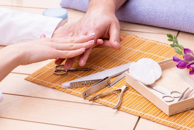 Concetto di manicure a mano per uomo