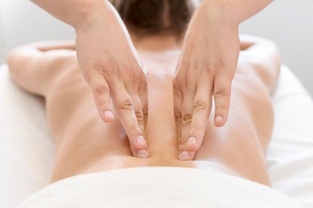 Concetto di massaggio alla schiena del primo piano