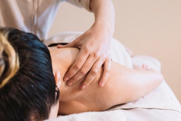 Concetto di massaggio con donna rilassata