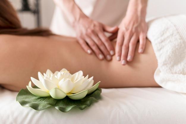 Concetto di massaggio del primo piano con il fiore di loto