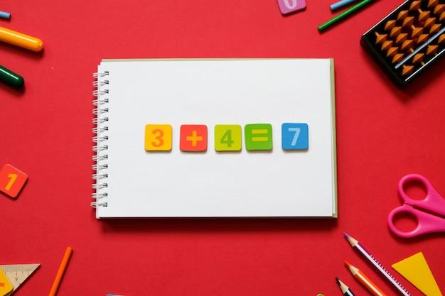 Concetto di matematica: penne colorate e matite, numero, bastoncini calcolatori. matematica