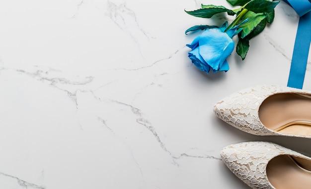 Concetto di matrimonio, scarpe da sposa e rose, vista dall'alto